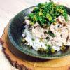 豚の湯引き肉と季節の菜花と山葵菜の醤油和え丼