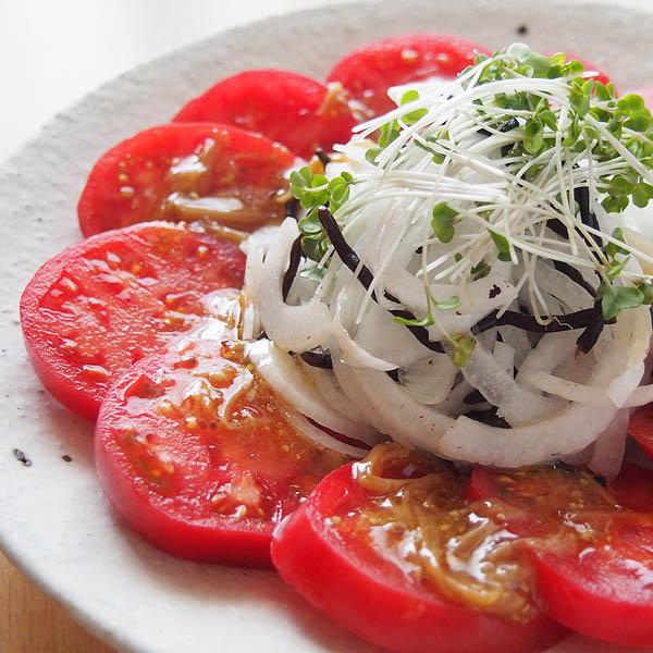 トマトと新玉ねぎとひじきのサラダ なめたけドレッシング
