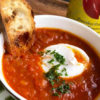 ポーチドエッグとトマトの熱々スープ