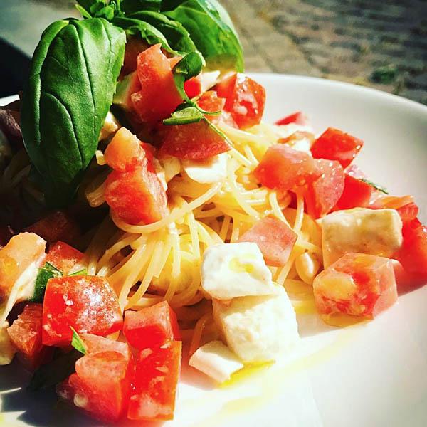 トマト、モッツァレラチーズ、バジルの冷製パスタ