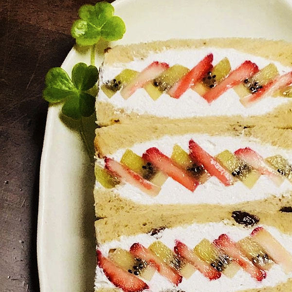 ぶどうパンのフルーツヨーグルトサンド